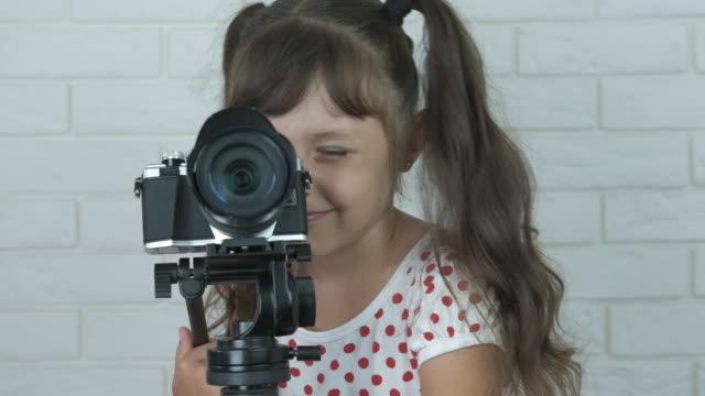 çocuk video operatörü. - dijital yerli stok videoları ve detay görüntü çekimi