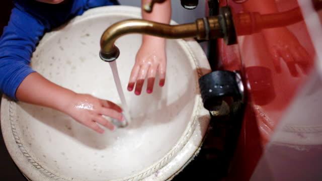дочь мыть руки в винтажные раковиной - погружённый стоковые видео и кадры b-roll