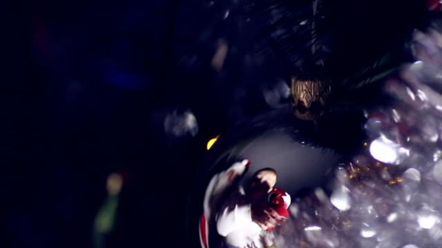 kind mit einem weihnachts-geschenk - nikolaus stiefel stock-videos und b-roll-filmmaterial