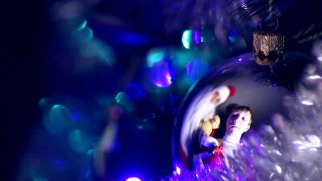 kind mit einem geschenk santa claus weihnachten ball - nikolaus stiefel stock-videos und b-roll-filmmaterial