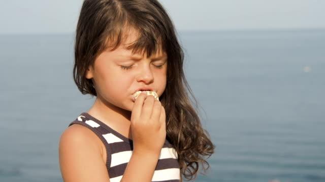 vidéos et rushes de enfant avec les cookies à l'air frais. - pâtisseries et feuilletés