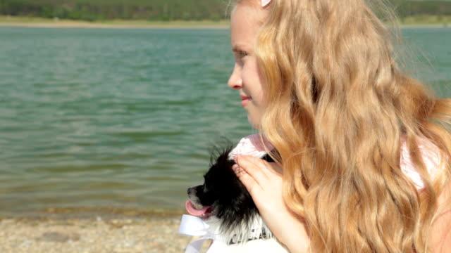 子供と犬 - 愛玩犬点の映像素材/bロール
