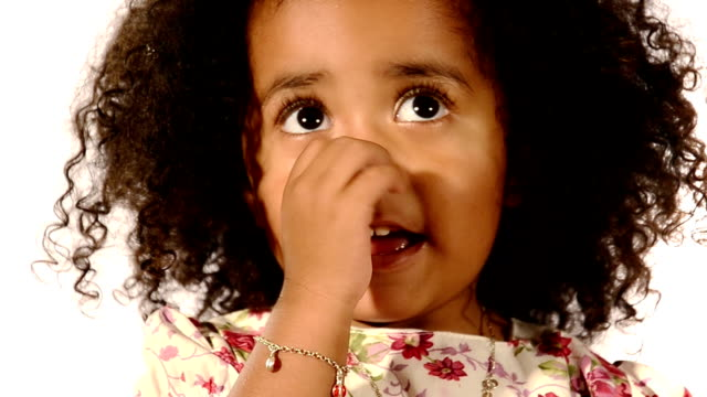 ребенок с палец в ее нос - бразилец парду стоковые видео и кадры b-roll