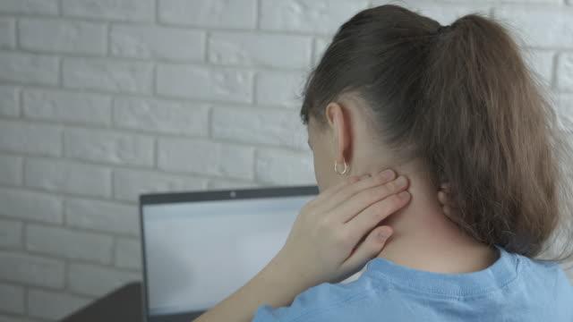 child with neck pain. - wschodnio europejski filmów i materiałów b-roll