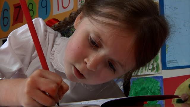 kind schreiben - grundschule stock-videos und b-roll-filmmaterial