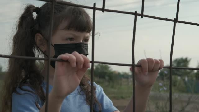 barndom i en epidemi. - endast flickor bildbanksvideor och videomaterial från bakom kulisserna