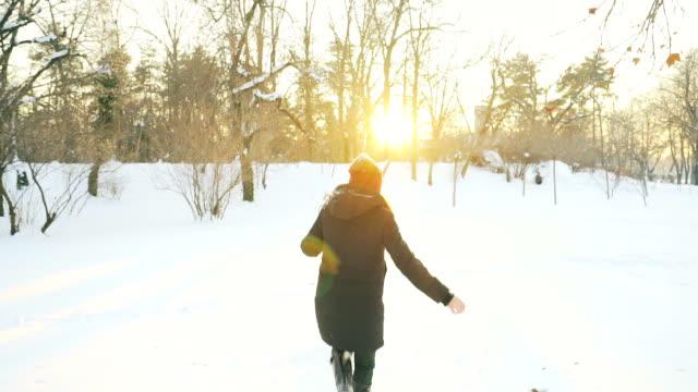 kindheit freude im winter. - schneeflocke sonnenaufgang stock-videos und b-roll-filmmaterial