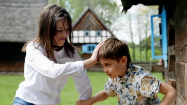 子供たちはお互いに戦っている。 - 兄弟姉妹点の映像素材/bロール