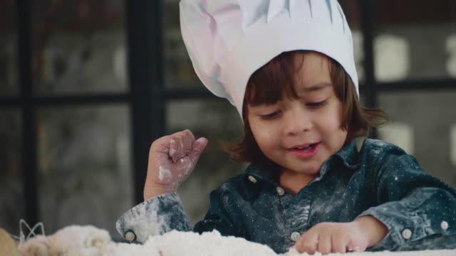 vídeos de stock e filmes b-roll de children baking cake together - baking bread at home