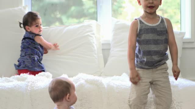 子供ベッド ジャンプ楽しい日曜日の朝 - 4歳から5歳点の映像素材/bロール