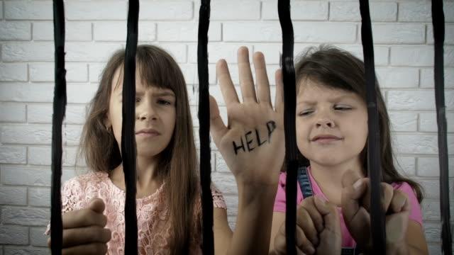 vídeos y material grabado en eventos de stock de los niños detrás de las rejas piden ayuda. - human trafficking