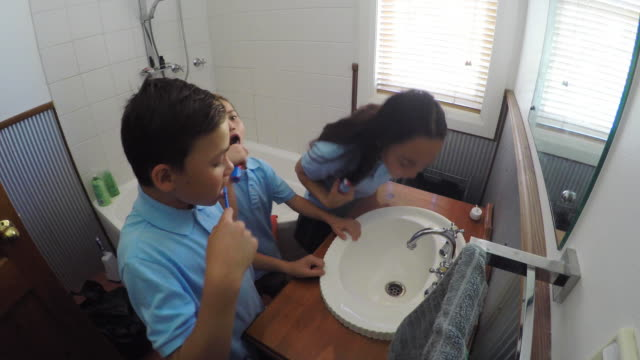 barn borstar tänderna - förberedelse bildbanksvideor och videomaterial från bakom kulisserna