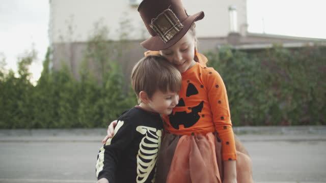 vídeos y material grabado en eventos de stock de niños celebrando halloween en otoño - halloween covid
