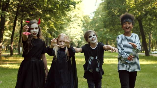 dzieci świętujące halloween - four seasons filmów i materiałów b-roll