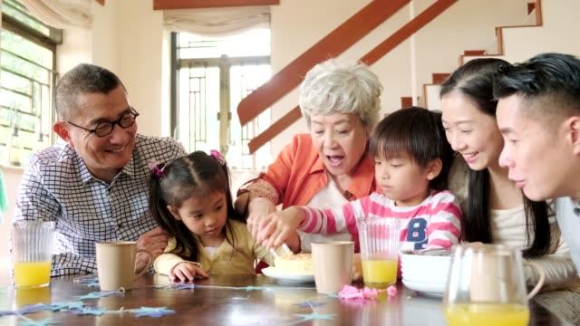 barn styckning födelsedags tårta - kinesiskt ursprung bildbanksvideor och videomaterial från bakom kulisserna