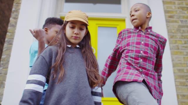 3人の子供たちが一緒に踊る - 兄弟姉妹点の映像素材/bロール