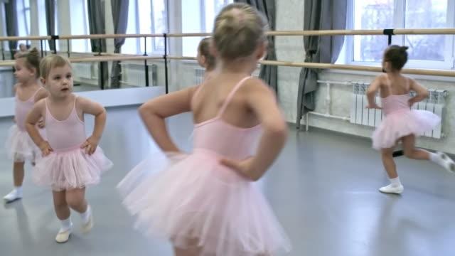 vídeos de stock e filmes b-roll de children doing warm up exercises - tule têxtil