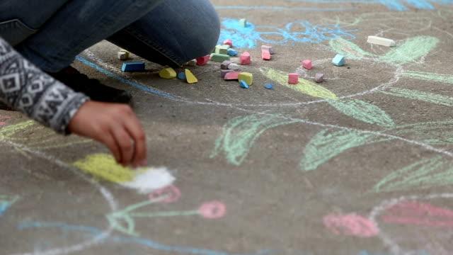 vídeos de stock, filmes e b-roll de crianças desenho com giz no asfalto - calçada
