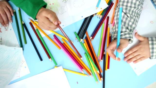 hd: дети рисования и раскрашивания в kindergarden. - kids drawing стоковые видео и кадры b-roll