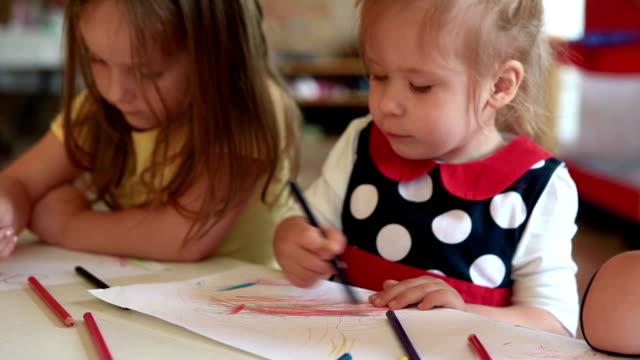 vídeos de stock e filmes b-roll de crianças desenho na sala de aulas - castanho