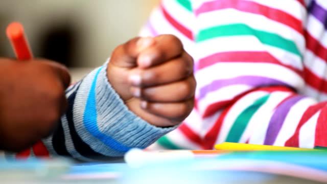 bambini disegno - matita colorata video stock e b–roll