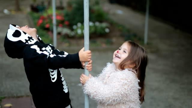 cadılar bayramı için giyinmiş çocuk - i̇nsan i̇skeleti stok videoları ve detay görüntü çekimi