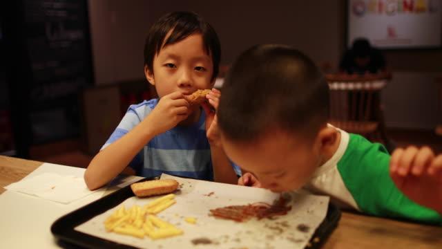 Kinder zu Mittag essen – Video