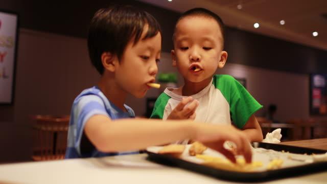 children eat lunch - приготовленный картофель стоковые видео и кадры b-roll