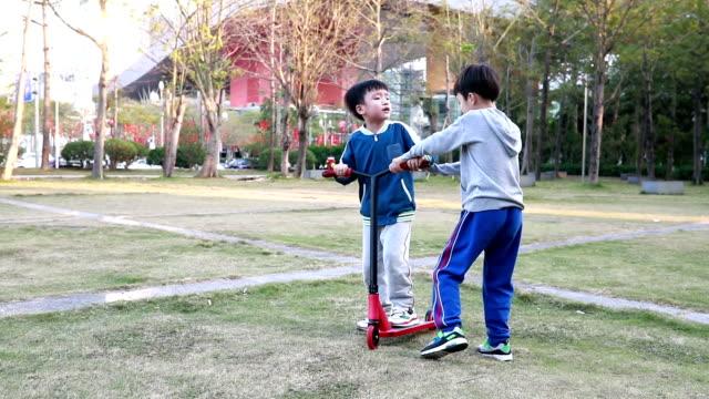 vídeos de stock e filmes b-roll de children fight - brigar