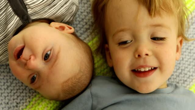 子供面白い肖像弟と妹の頬に頬 - 兄弟姉妹点の映像素材/bロール