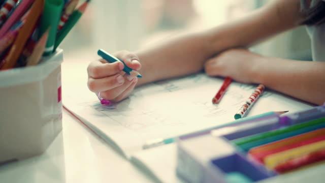 vídeos y material grabado en eventos de stock de mano de los niños (6-7) al inicio de la escritura. - clase de escritura