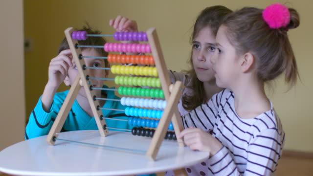 barn som har roligt medan du använder abacus, slowmotion - abakus bildbanksvideor och videomaterial från bakom kulisserna