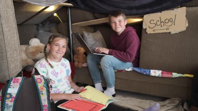 vídeos y material grabado en eventos de stock de niños que tienen escuela en casa - stay home