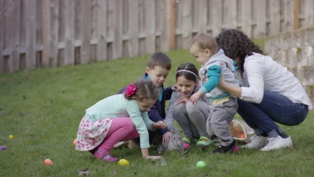 バニーのまわりに群がった子供 - 田舎のライフスタイル点の映像素材/bロール