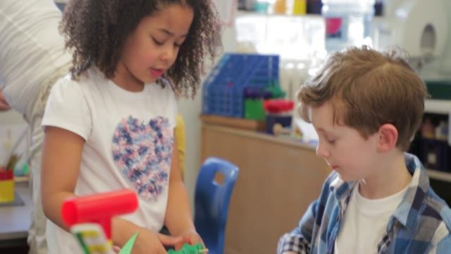 vídeos de stock, filmes e b-roll de crianças em sala de aula - professor de pré escola