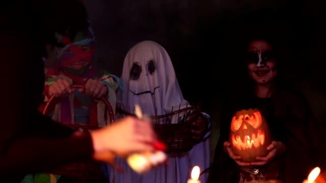 kinder in halloween-kostümen spielen süßes oder saures-halloweenspruch - halloween stock-videos und b-roll-filmmaterial