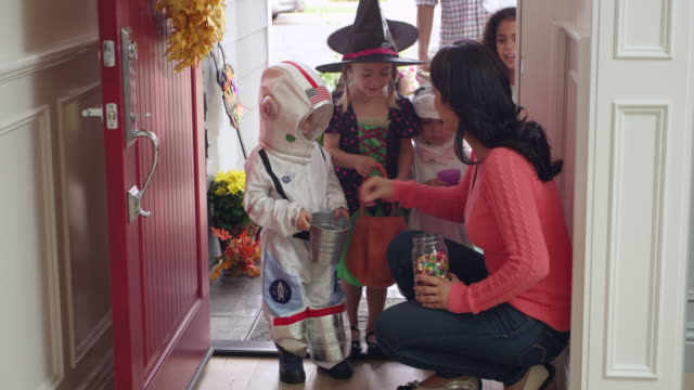 детей в хэллоуин костюмы трюк или лечения снимок на r3d - halloween стоковые видео и кадры b-roll