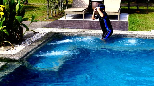Children learn to swim video