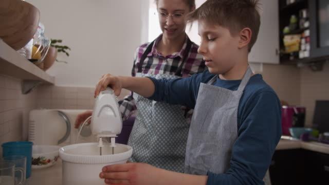 vidéos et rushes de enfants faisant le gâteau de levure - batteur électrique