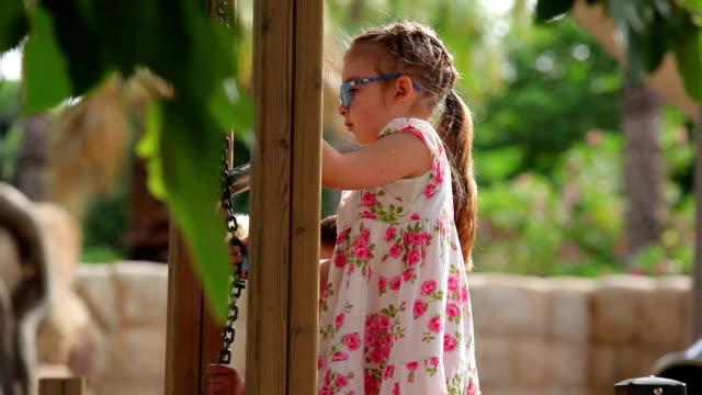 bambini che giocano sul parco giochi educativi - brent video stock e b–roll