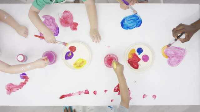Crianças pintando em um branco de mesa superfície - vídeo