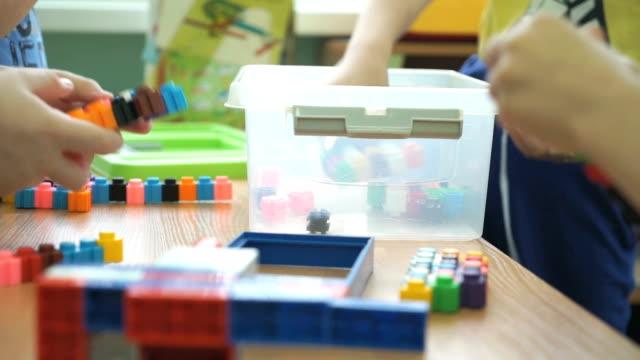 子供ゲーム、知的で 幼稚園 - 美術の授業点の映像素材/bロール