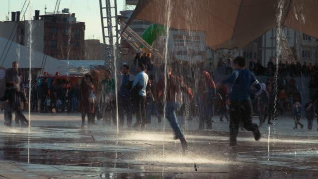 孩子們在噴泉公園周圍玩耍 - 德黑蘭 個影片檔及 b 捲影像