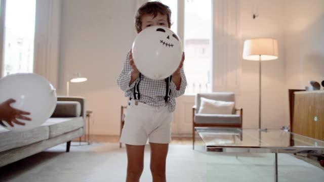 Kinder spielen zu Halloween zu Hause – Video