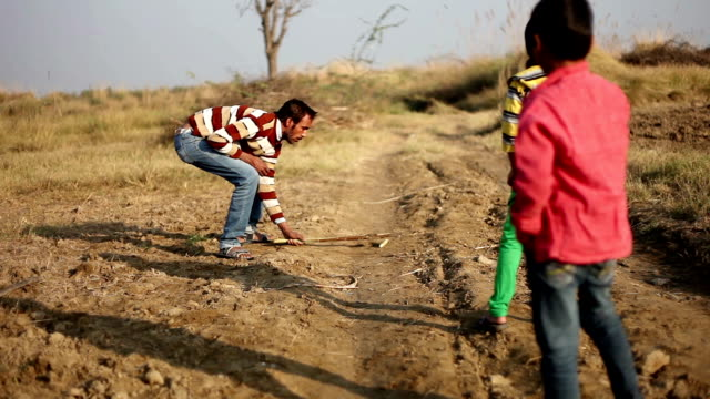 ギリ段田安を屋外の自然の中で遊んでいる子供たち - ハリヤナ州点の映像素材/bロール