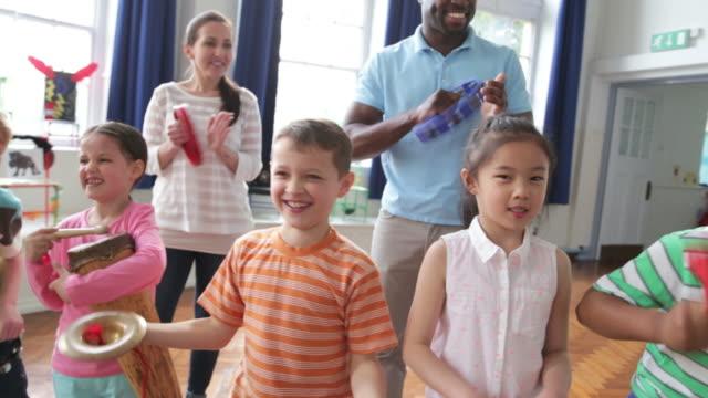 vídeos de stock e filmes b-roll de crianças tocando instrumentos na escola banda em - instrumento musical