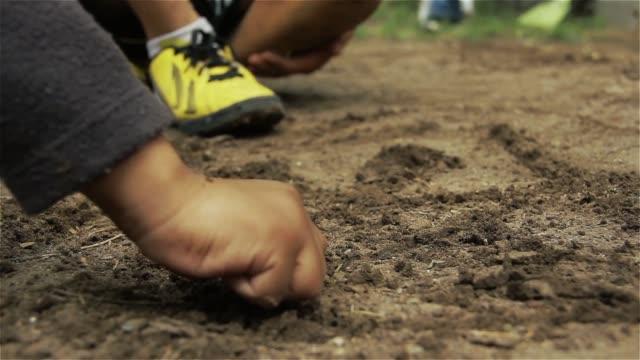 kinder spielen draußen auf dem boden von schmutz. - südamerika stock-videos und b-roll-filmmaterial