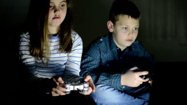 дети, играя в видео игры - развлекательные игры стоковые видео и кадры b-roll