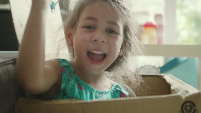 karton kutular ile oynayan çocuk. - örtmek stok videoları ve detay görüntü çekimi