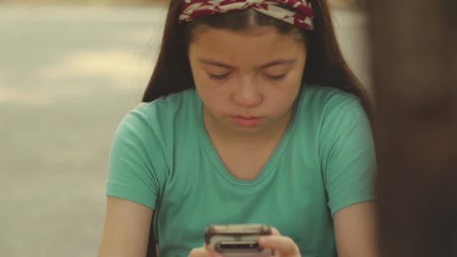 stockvideo's en b-roll-footage met kinderen problemen - kids online abuse
